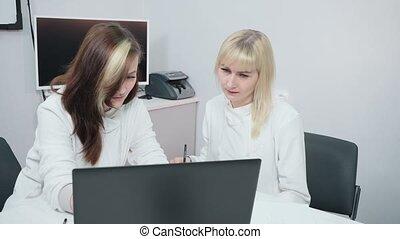 deux, femmes affaires, discuter, bureau, business