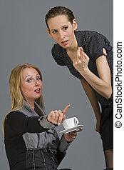 deux femmes, commérage