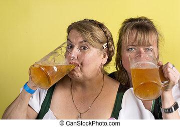 deux femmes, dans, dirndls, boire, bière, depuis, énorme, cristal, grandes tasses