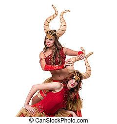 deux femmes, danseurs, à, horns., isolé, blanc, arrière-plan.
