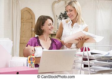 deux femmes, et, a, bébé, dans, bureau maison, à, ordinateur portable