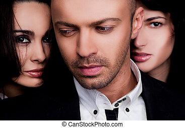 deux femmes, faces, derrière, mâle