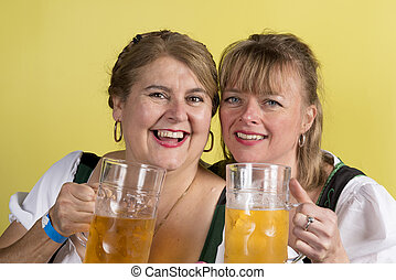 deux, femmes heureuses, dans, dirndls, à, grandes tasses, de, bière, dans, main