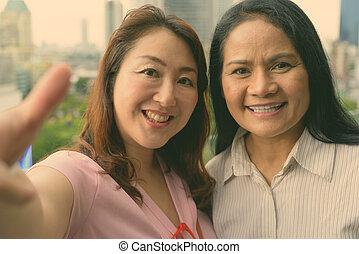 deux femmes, mûrir, asiatique, ensemble, vue ville, contre
