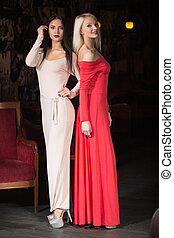 deux femmes, mannequin, porter, robe soir, club.