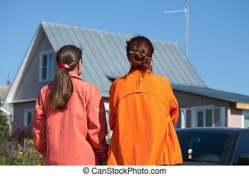 deux femmes, regarder, nouvelle maison
