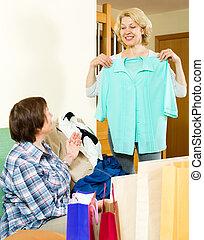 deux femmes, vérification, achats