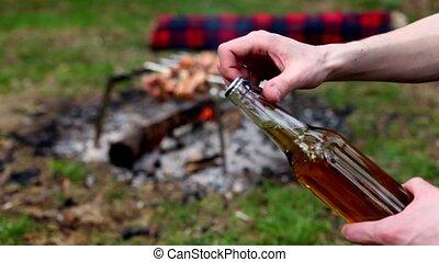 deux fois, bière, ouvre, bouteille, main