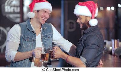 deux, gai, garçons, bière, appareil photo, santa, sourire, lunettes