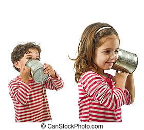 deux, gosses, conversation, sur, a, étain, téléphone
