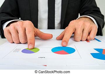 deux, graphiques tarte, mains, homme affaires, analyser