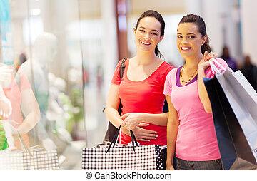 deux, heureux, amis, achats, dans, centre commercial