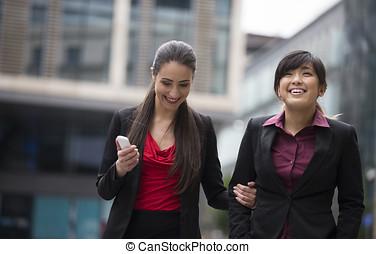deux, heureux, femmes affaires, marche, dehors, ensemble.