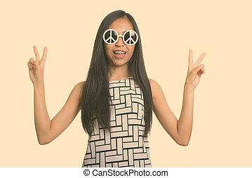 deux, heureux, girl, mains, signe, donner, regarder, élégant, adolescent, quoique, jeune, paix, sourire, asiatique