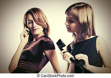 deux, heureux, jeune, mode, femmes, à, mobile, et, retro, téléphone
