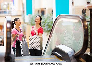 deux, heureux, jeunes femmes, dans, centre commercial