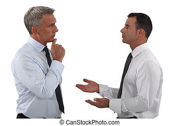 deux, hommes affaires, discuter.