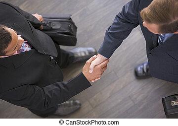 deux, hommes affaires, intérieur, serrer main