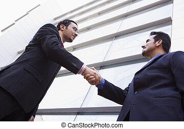 deux, hommes affaires, réunion, dehors, bâtiment bureau