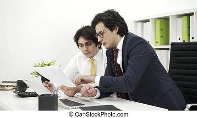 deux, hommes affaires, rapport, discuter, vue côté