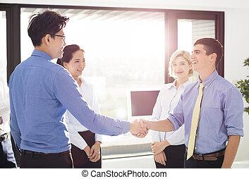 deux hommes affaires serrant main, dans, bureau