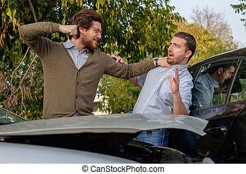 deux hommes, discuter, après, a, accident voiture, route