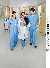 deux, infirmières, et, a, docteur, marche, dans, a, couloir