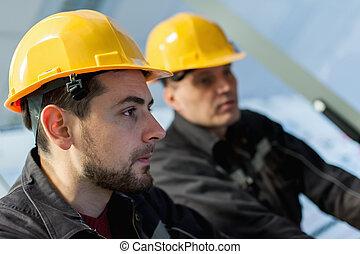 deux, ingénieur entretien, travail, sur, relais, protection, système