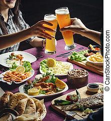 deux, installation, pépites, crevettes roses, tintement, grandes tasses, bière, filles, fromage, fish