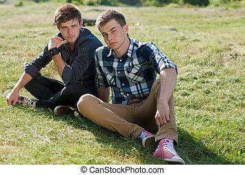 deux, jeune homme, reposer ensemble, dehors