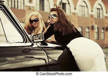 deux, jeune, mode, femmes, par, retro, voiture
