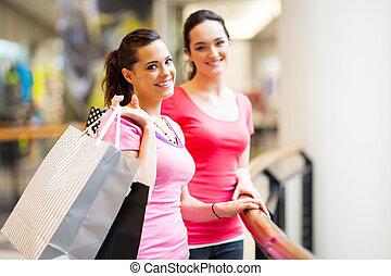 deux, jeunes femmes, achats, dans, centre commercial