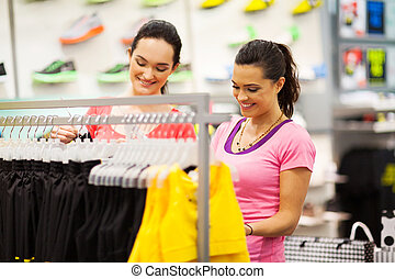deux, jeunes femmes, faire shopping vêtements