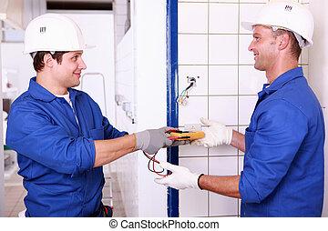 deux, mâle, électrique, ingénieurs, vérification, alimentation énergie