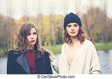 deux, mannequin, femmes, dehors, portrait