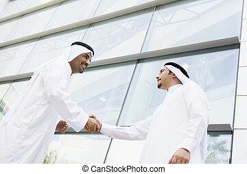 deux, oriental moyen, hommes affaires, serrer main, dehors, une, bureau, b