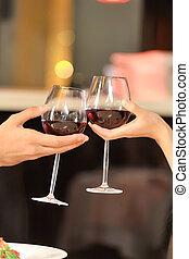 deux personnes, grillage, à, vin, glasses., jeune couple, boire, vin rouge, à, restaurant