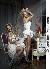 deux, petites amies, -, a, bride-to-be, et, demoiselle honneur, -, amusant, -trying, sur, a, robede mariée