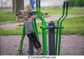 deux, petites filles, sur, extérieur, fitness