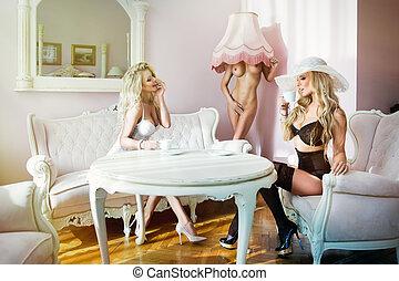 deux, sexy, femmes, café buvant