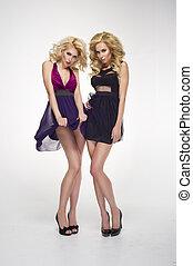 deux, sexy, femmes, porter, mini, jupes