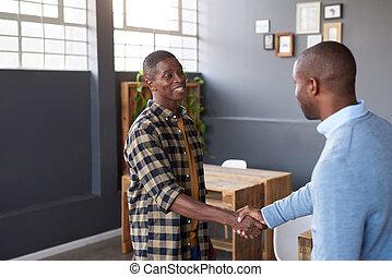 deux, sourire, africaine, collègues, serrer main, ensemble, dans, une, bureau