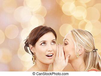deux, sourire, jeunes femmes, chuchotement, commérage