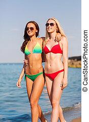 deux, sourire, jeunes femmes, marcher plage