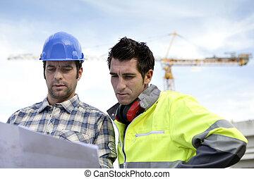deux, surveillants, sur, a, site construction, regarder, a, plan