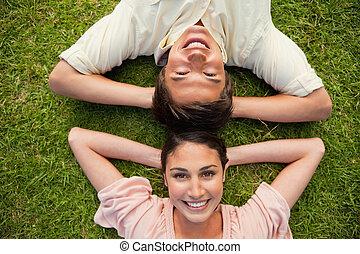deux, tête, femme, cou, reposer, bras, leur, quoique, derrière, sourire, herbe, mensonge, homme