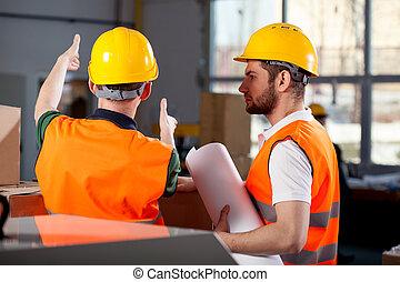 deux, usine, ingénieurs, discuter