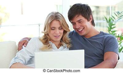devant, conversation, couple, ordinateur portable, heureux