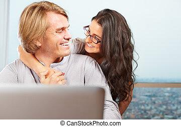 devant, couple, ordinateur portable, heureux