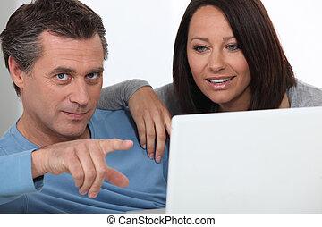 devant, couple, ordinateur portable